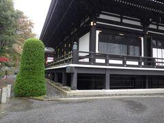本堂の西裏側です。巨大なお堂で、同じくらいのお堂が6~7棟も連なっている大きなお寺です。さらに周辺には数十のお寺が集まっているようです。
