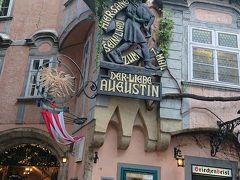 バグパイプを吹く男性は17世紀の大道歌手アウグスティン。この看板の下にの奥にグリーフェンバイスルというウィーン最古のレストランがあります。
