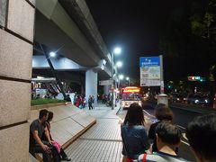 剣潭駅に到着し、20:05発の無料バスを待ちます。 バス停は一番の出口を出てすぐに中山北路方面に向かったところにあります。  バスは剣潭駅、圓山駅のいずれにも来ますので、時刻表と相談して、どちらかを選ぶといいと思います。