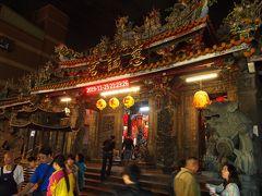 阿輝麺線の屋台は士林慈誠宮の近くにありました。 このお寺の建物周りは阿輝麺線のカップを持った人々に制圧されていました。