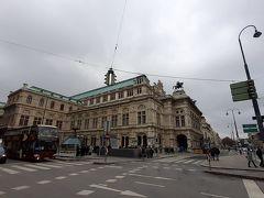 ツーリストインフォメーションで訊ねたところ、さっきの『シシィ博物館』がホーフブルク王宮のことらしい。ややこしい書き方せんといて~や。王宮家具博物館もここからはちょっと離れたところにあるらしいので、明日時間あったら行こかいね、と思ってたけど時間なかったので行ってません。 向かいに見えるオペラ座の写真を撮って、教えてもらった近道からシシィ博物館方面へ移動。
