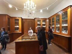 13時25分 さっき通り過ぎてしもた『シシィ博物館』の入口から入って、まずは『銀器博物館』。日本語オーディオガイドがあるので、説明聞きながら進みます。オーディオガイドは電話みたいに耳に当てて聞くようになってますが、イヤホンをつなぐと手で持たなくてもいいのでラクちんや。