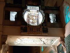 17時 アンカー時計。ウィーンの有名人12人が順番に出てくるしかけになってるそうで、17時は『ルドルフ1世と妻のアンナ』のようです。でもその人ら知らん。