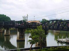 屋台エリアからすぐ、橋が見えました 大勢が橋を渡ってます