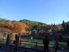 次の場所は「飛騨の里」だヨ。 飛騨周辺と言えば「合掌造り集落」、 池の向こうに映る民家が、なかなかいい味出してるヨ!