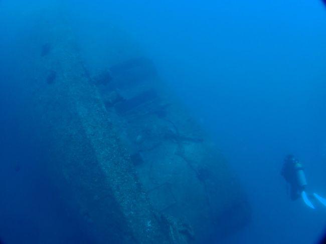 グアム湾内には、4つの沈船スポットがあり、ここはそのうちの一つ。長さ150m幅20mの巨大な軍用貨物船です。アメリカ軍の攻撃を受けてグアムの海に沈んでいます。沈んだ場所は、第一次世界大戦の時(1917年)に沈められたドイツの貨物船「SMSコーモランⅡ」のすぐ横です。まずは、コーモランにアプローチします。