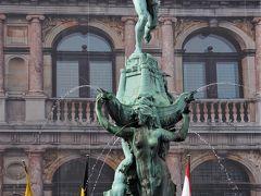 広場の中心にあるのは、シュールな噴水。