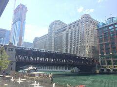 ループ側からリバーノースを望む。橋とマーチャンダイズマートの建物が昔からのシカゴの景色です。