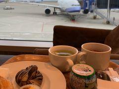 プライオリティパスが使えるスターアライアンスラウンジで飛行機を見ながら朝食をいただきます(´▽`)