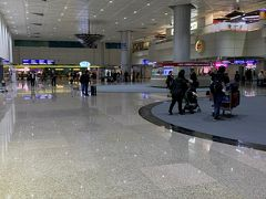 桃園空港に到着!ただいまーな気分!!  別のゲートから日本の修学旅行生がわんさか降りてきたけど常客証があるので無問題(´▽`) あっという間に入国完了です。