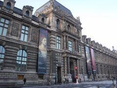 ルーブル美術館です。エッフェル塔もルーブル美術館、バトビュスも大きな荷物を持っていると入ることができません。なるべく身軽にして行くのがいいです。