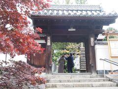 東福寺の方丈内を見物していた際、係の人がお客さんにこちらのお庭が素晴らしいと勧めていたのが聞こえてたので。東福寺三門前から徒歩数分で東福寺塔頭の光明院へ。