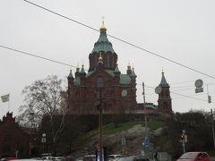 ウスペンスキー寺院  ヘルシンキ中心部の東側、南港に面して突き出るカタヤノッカ半島の高台に建つウスペンスキー寺院は、フィンランド最大規模の正教会寺院です。レンガの外壁と金色に輝くタマネギ形ドームは絵本に登場する不思議なお城のようで、毎年約50万人が訪れる人気の観光スポットになっています。