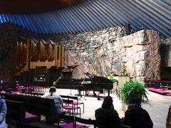 テンペリアウキオ教会  教会にはグランドピアノが置かれており、教会行事だけでなくコンサートホールとしても活用されています。 写真左側には立派なパイプオルガンもありました。