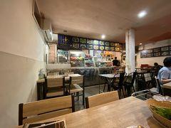 夕食は有名なバーン イサーン ムアンヨッの隣にある店。 多分同じ店だと思われるが、こちらはガラガラ・・・・
