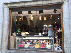 (10:01) ここ、いつも人だかりが出来てます。ジェラートが人気かな。  <Góralskie Praliny Coffee & Desserts> https://goralskiepraliny.pl/en/