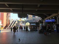 """(10:54) バスターミナルです。15分前には着いてたかったんだけど・・ギリギリ。  右奥のチケット売場に並んだんですが、ここでの購入は出発15分前までだって。階段を上って右奥のバス乗場に急ぎ、運転手さんから直接買って乗り込みます。席は半分くらい埋まってる感じでした。  ≪アウシュヴィッツ博物館への行き方≫  まずAuschwitzはドイツ語で、ポーランド語では""""Oswiecim""""オシフィエンチムです。博物館へはバスと電車で行けますが、電車は本数が少なく、しかもOswiecim駅からタクシーまたは徒歩で20分ほどもかかるらしく、私たちはバスにしました。中央駅東口MDAバスターミナルからLajkonikバスで所要時間1:25、15zl。Oswiecim行きの終点で降りてすぐです。   <Lajkonikバス> https://www.lajkonikbus.pl/ 時刻表を確認できます。Oswiecim行きは6:20発から19:45発まで、帰りは5:45発から19:15発まで毎時1~2便(2019年10月現在)。チケットは、出発15分前までならチケット売場にて、それ以降は運転手から購入。  <PKPポーランド鉄道時刻表> https://www.pkp.pl/pl/home"""