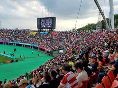 """参考までに、こちらは10月6日に熊本の笑顔スタジアムで行われたトンガVSフランスの試合会場の様子です。日本代表が関わっているわけではないのに、この満席ぶり!ラグビーは今回のワールドカップ大会でにわかに人気が上昇しちゃったんですね!ここには、トンガファンの妹と一緒に行きました。  ラグビーは見てて面白いですよね! やったことは一度もありませんが… 自分も、ホントはルールもよくは知らないんです。息子たちがTV観戦でギャーギャー騒いでいるのを見ているうちにいっぱしのラグビーファンになったような気でいる、謂わば""""門前の小僧""""なんですよ (;´∀`)"""