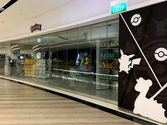 早朝なのでお店は開いていませんが…。 ジュエルの4階には、2019年4月にオープンしたポケモンのオフィシャルショップ『ポケモンセンターシンガポール』があります! 日本以外では唯一の常設店舗!  奥にラプラスとピカチュウのオブジェがありました。 帰りには絶対に寄るから待っててね(TωT)