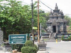 明日は、ボロブドゥール遺跡を見た後、プランバナンへ移動するので、今日中に近くのパオン寺院とムンドゥ寺院へ行く。日差しが強く、暑かったが徒歩で巡る。まずはパオン寺院へ。パオン寺院は住宅街の一角にポツンとある地味な寺院。ムンドゥ寺院とセットの入場券で販売されており、入場料は3500ルピア(約30円)と、こちらは格安。