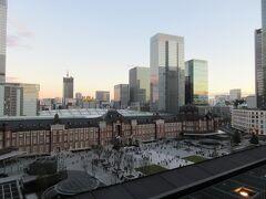 学生の頃は渋谷、原宿界隈が出没エリアだった。 そして、都庁が丸の内(現国際フォーラム)から新宿に移転し、 東京の中心は西に移ったとその当時は思った。  でも、それ以降の東京駅周辺の再開発を経て、 ここ10年はやっぱり東京の中心は大手町・丸の内界隈だなって思う。 歴史的建造物と新しい建物の融合は現代のメトロポリタンの姿。