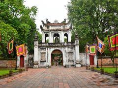文廟  まず連れて来てもらったのはベトナム王朝の中枢であったタンロン王城跡の南側にある儒教の開祖「孔子」を祀る文廟。