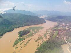 ハノイを定刻に出発すると 約1時間ほどで念願のルアンパバーへ到着です★  赤茶色い川がメコン川でしょうか? わくわくしてきます^^