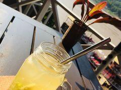 ベルリヴブティックホテルのメコン川沿いのカフェです★ とっても雰囲気が良くて思わずティータイム^^  レモングラスがたっぷり使われたレモングラスティー♪ とっても美味しくて感激~
