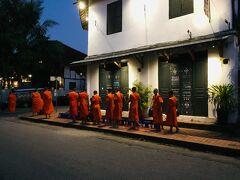 ルアンパバーン2日目~ ルアンパバーンの朝はとっても早いんです^^ 朝5時に起き、まだ薄暗い5:30頃にサッカリン通りへやってきました~  薄暗い中みたこの光景~ オレンジの袈裟を着た僧侶が1列になって歩いてる様子に これがルアンパバーンの朝のはじまりなのね・・・ と、もうなんともいえない神聖さに感動です★