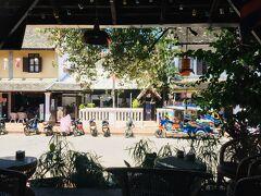人気どころのカフェレストラン、タンゴールへやって来ました★ テラス側の席からはルアンパバーンのステキな街並みが~