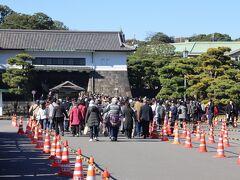 乾通り通り抜け、大嘗宮一般参観は坂下門から。 東京駅などからアクセスするが、この日は日比谷駅から。ここまでもすでに行列ができていたが、セキュリティチェックを過ぎ、まあ、想定の範囲内?