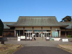 江戸東京たてもの園に到着。 ここの広い敷地に文化的価値の高い歴史的建造物が移築・復元・保存・展示されており、ボランティアガイドの解説や実演を見聞することができます。 こんなに魅力的なのに、大人400円でたっぷり楽しめます。  ここに行こうと思ったきっかけはフォートラベル! フォートラベルの皆さんの旅行記を見ながら、いつか行ってみたいと思っていたのです。 中に入るのが楽しみ~♪