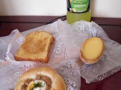 途中で見つけたパン屋で昼食用のパンを購入。マッシュルーム・シチュー・パンが絶品だった。