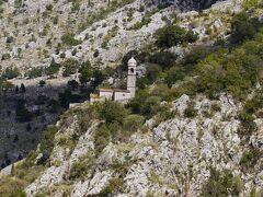 城壁沿いに救世聖母教会が建っています。