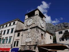 また、正門を入ったところにある武器の広場です。 宮廷・旧市庁舎・ヴェネチア時代の武器庫などが並んでいて、ここは昔、公開裁判の場だったそうです。 広場には、1602年建造の大時計のある塔が建っています。