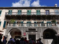 ピマの館 です。 貿易によって豊かになった商人たちが築いた美しく立派な館が今も残されています。保存されている石造りの館の入り口にはえんじの小さな旗のような布の名前入り表示があります。ここは、17世紀に建てられたピマの館です。