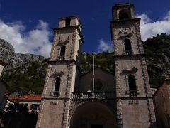 聖トリプン大聖堂です。 1166年に建てられたロマネスク様式で、2度にわたる地震で被害を受け、バロック様式の堂々と正面に聳える双塔は、地震後に加えられたそうです。 内部は後で入ります。