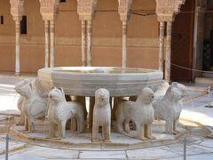 ライオンの中庭  中庭中央を占める噴水を囲む12頭のライオンに由来し、ライオンの上には大きな十二角形の水盤がある  水盤の縁には,イブン・ザムラク( Ibn Zamrak )の詩が刻まれている