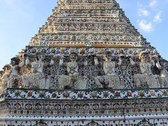 ワットアルンの塔を支えているたくさんのハマヌーン。