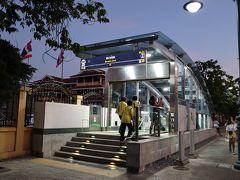 ワットポーを出て、ホテルへの帰路。9月にできたばかりという地下鉄のサナームチャイ駅。市街地中心へのアクセスが格段に良くなりました。