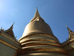 ワットプラケオで一番目を惹くのは、この黄金の鐘楼でした。