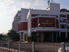 ホテル到着、チェンライでは老舗のホテルなのですぐ発見。
