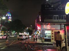 食後に街ブラしていると、おなじみのチャイニーズファッションのおじさん発見。 暑いから『上半身裸』です。 最近減ってきているけど、上海でもまだまだ見かける光景です。