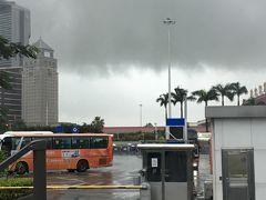 食後は港珠澳大橋経由で香港に戻ります。 真點心の目の前がバスターミナルなので、そのまま港珠澳大橋珠海口岸行きのバスに乗り込みました。 相変わらず空は薄暗い雲に覆われていて雨模様。