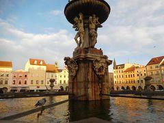 広場の中心にあるサムソンの噴水。
