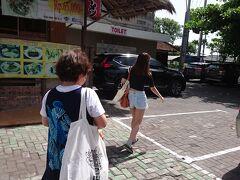 ショッピングに時間を費やし、遅めのランチ♪ マデス ワルンへ(*^▽^*)