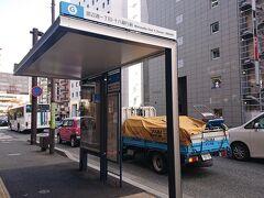 近くの停留所から渡辺通経由で博多駅に向かいます。 このあたりから博多駅に向かうには西鉄バスが便利。