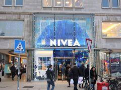 NIVEA HAUS(ニベアハウス)  誰もが知っているであろうニベア、実はハンブルク生まれです。ドイツ国内に4店舗ある直営店のうちの一つがここです。