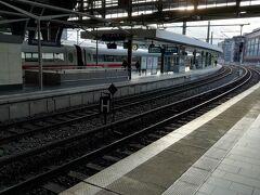 ベルリン東駅。 中央駅に比べるとさびれている感じを非常に受ける。
