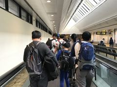 到着しました。チャンギ国際空港。空港内は涼しくて東京から着込んでいたコート、セーター姿でも大丈夫でした。 東京が今年一番の寒さの中の出発だったのでシンガポールの暑さに参りました。